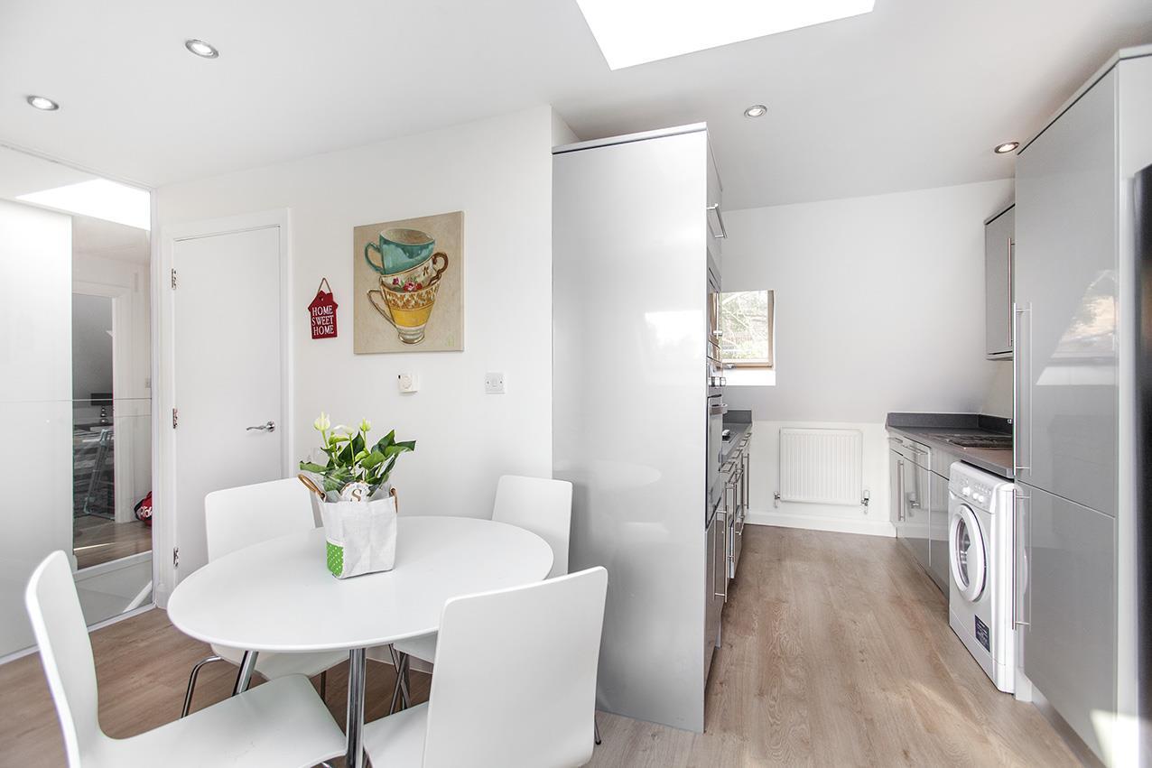 2 Bedrooms Maisonette Flat for sale in Lambert Way, N12